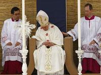 قسيس يحاول إيقاظ البابا بندكت السادس عشر في مالطا