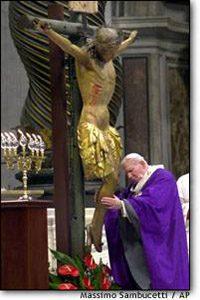 البابا يوحنا بولس يعبد تمثال يسوع
